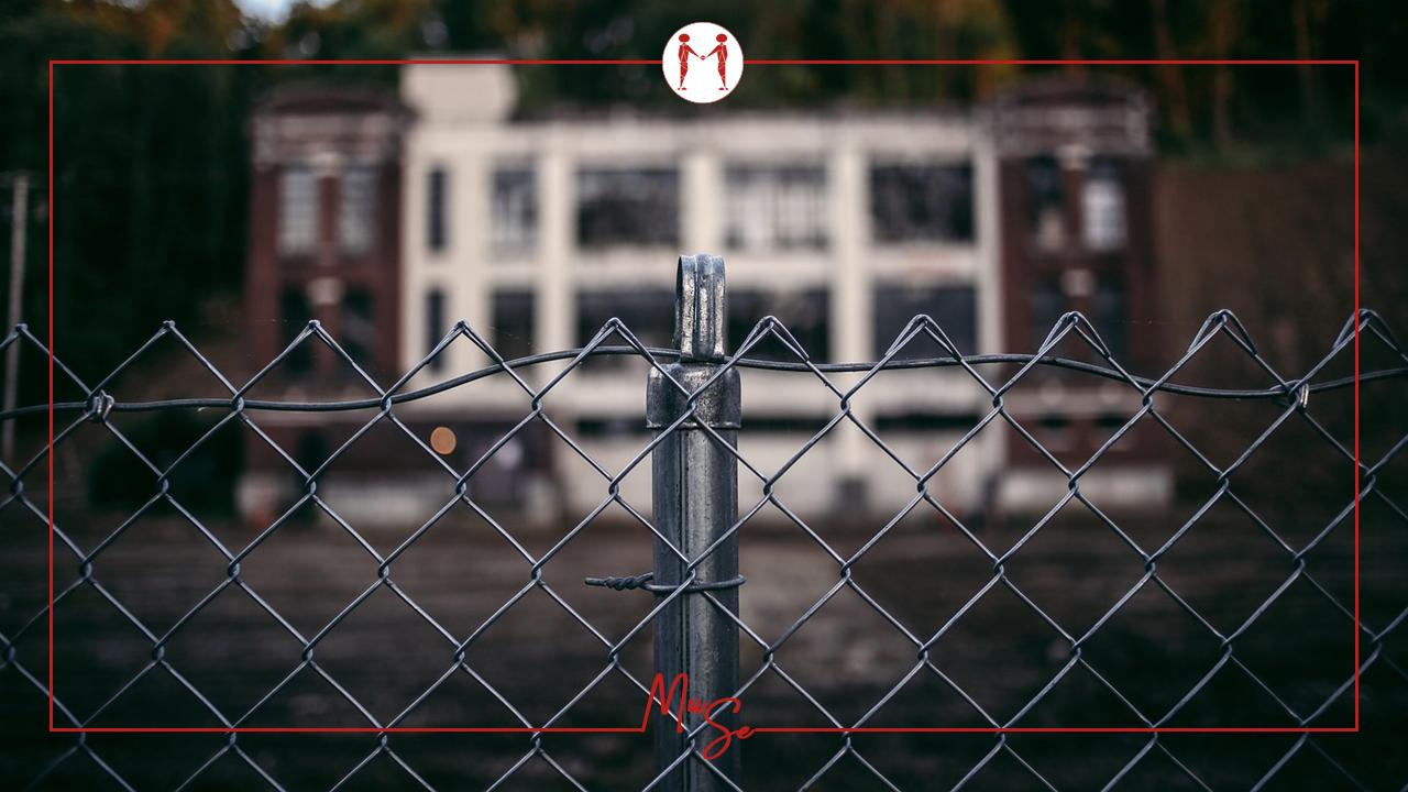 Una sentenza ha apportato un interessante chiarimento sulle autorizzazioni da reperire per poter validamente apporre una recinzione sul muro.